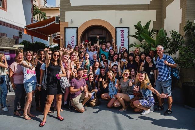 Студенты всех возрастов и со всего мира приезжают на курсы испанского.